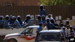 Des policiers lors des manifestations anti-gouvernement, dimanche a Khartoum