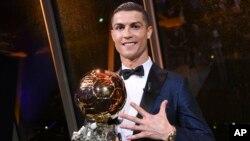 Cristiano Ronaldo avec son 5eme Ballon d'Or (Ballon d'Or) reçu à Paris, le jeudi 7 décembre 2017.