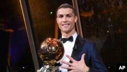 """Cristiano Ronaldo avec son 5ème Ballon d'Or (reçu à Paris, le jeudi 7 décembre 2017. AFP PHOTO / L'EQUIPE / FRANCK FAUGERE"""""""
