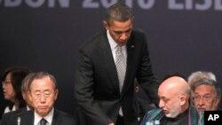 리스본에서 열리는 나토(북대서양조약기구) 정상회담에 참석한 오바마(중앙) 미 대통령, 아프간 하미드 카르자이(우) 아프가니스탄 대통령, 반기문 유엔사무총장(좌)