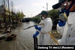 Tentara Pasukan Bela Diri Jepang menyemprot suatu daerah untuk mencegah malaria di Banda Aceh, 3 Februari 2005. (Foto: REUTERS/Dadang Tri dw/JJ)