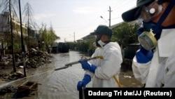 Wafanyakazi wa huduma Indonesia wakipiga dawa ya kuzuia mbu wa malaria.
