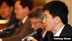 2007년 5월 21일 한국 서울에서 열린 북한 정치범수용소 인권탄압 실태조사 '잔인함의 집결' 발표 기자회견에서 북한민주화운동본부 강철환(오른쪽) 공동대표가 기자들의 질문에 답하고 있다.