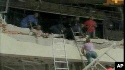 Equipas de socorro resgatando vitimas do atentado que destruiu parcialmente o edifício da ONU