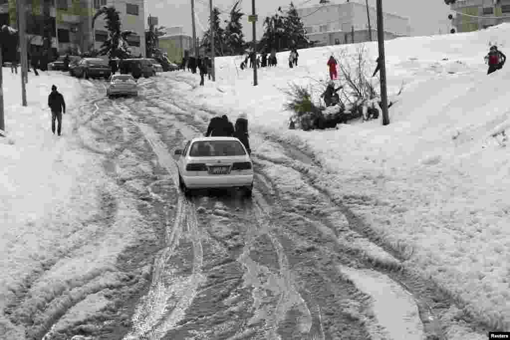ساکنان عمان برف بازی می کنند.