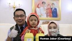 Hafidh (9 tahun) disambut Gubernur Jawa Barat Ridwal Kamil di Kota Bandung, Jumat (17/4/20), terkait aksinya dalam memberikan tabungan untuk pembelian APD. (Foto: Courtesy/Humas Jabar)