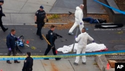 31일 미국 뉴욕 맨해튼 차량 돌진 테러 현장에서 사망자 시신이 흰 천에 덮여있다.