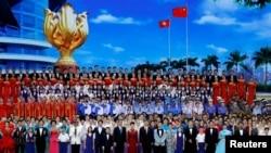 Presiden China Xi Jinping bernyanyi dalam variety show, sebagai bagian dari perayaan peringatan 20 tahun penyerahan kota tersebut dari pemerintah Inggris ke China, di Hong Kong, China pada tanggal 30 Juni 2017. (REUTERS / Tyrone Siu).