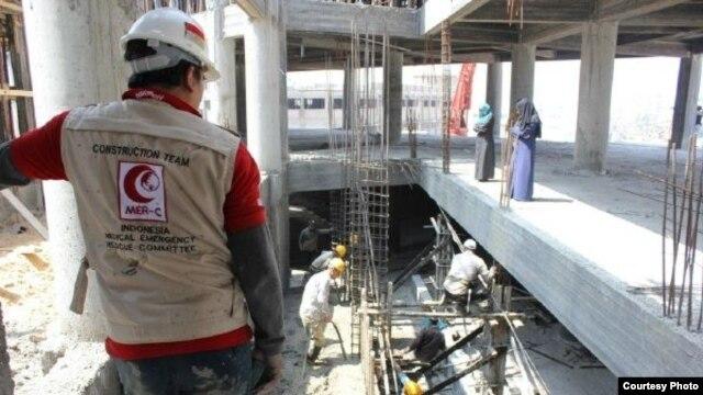 Pekerja sukarelawan dari MER-C Indonesia membangun Rumah Sakit Indonesia di Bayt Lahiya, Gaza utara. (Foto: MER-C)