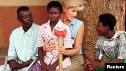 Princesa Diana no Huambo, com crianças vítimas de minas, em Janeiro de 1997