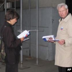 """反对派成员在莫斯科市中心向行人散发名叫""""普京10年总结""""的手册"""