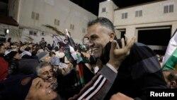 31일 라말라의 이스라엘 교도소에서 풀려난 팔레스타인 수감자(오른쪽)가 가족과 지지자들의 환영을 받고 있다.