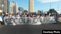 Students marching in the Brazilian state of Mato Grosso demand that a parliamentary commission investigate alleged misappropriation and embezzlement of funds that had been earmarked for various education programs. (Photo – courtesy of Juarez França)