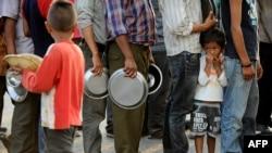 19일 네팔 카트만두에서 지진 피해 주민들이 긴급구호 식량을 받기위해 줄 서 있다.