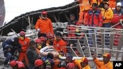 土耳其救援人员11月10日从一栋酒店的瓦砾堆里救出一名生还者