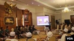 Rapat koordinasi Forpimda Jatim bersama ulama membahas ISIS di Jatim Kamis 7 Agustus 2014. (VOA/Petrus Riski)