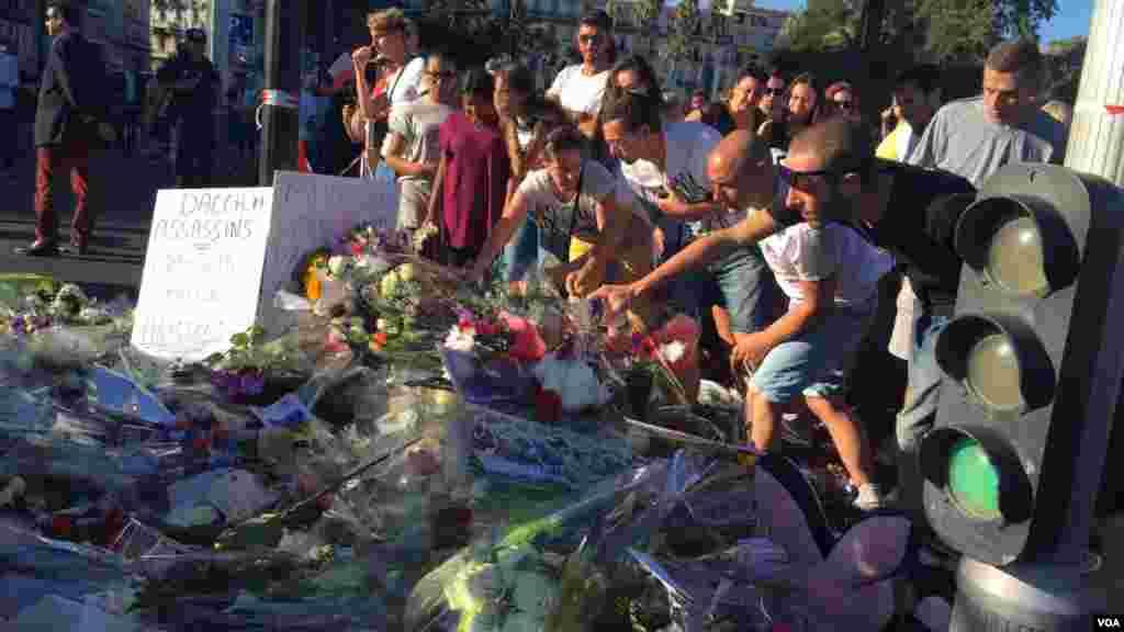 اهدای گل به یاد جان باختگان نیس