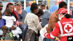 Des migrants secourus par la Croix rouge au port de Messina en Sicile, Italie, 24 aout 2015.