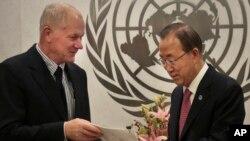12일 아케 셀스트롬 유엔 화학무기조사단장(왼쪽)이 반기문 유엔 사무총장에게 최종 조사보고서를 제출하고 있다.
