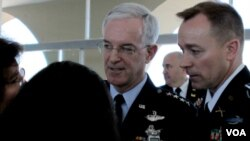 El comandante del Comando Sur del ejército estadounidense, general de la Fuerza Aérea de Estados Unidos, Douglas Fraser y el general Floriano Peixoto Vieira.