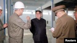 김정은 북한 노동당 위원장이 룡악산비누공장 건설장을 현지지도 했다고 조선중앙통신이 4일 보도했다.