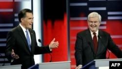 Ứng cử viên Tổng thống của đảng Cộng hòa Mitt Romney (trái) và Newt Gingrich trong cuộc tranh luận tại Des Moines, Iowa