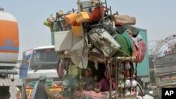 전쟁을 피해 이주한 아프가니스탄 난민들이 지난 9월 고국으로 돌아가는 길에 파키스탄 국경을 지나고 있다.