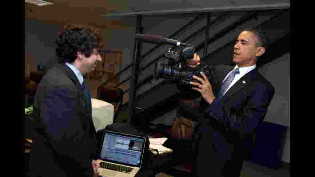 El mandatario estadounidense Barack Obama, cambia de papeles con uno de los periodista de la Casa Blanca. Al menos por unos minutos.