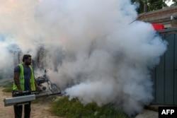 لاہور میں ڈینگی کے مچھروں کے خاتمے کے لیے سپرے کیا جا رہا ہے۔