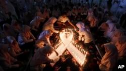 Penyalaan lilin untuk memperingati Hari AIDS Sedunia di Surabaya, 1 Desember 2015. (AP/Trisnadi)