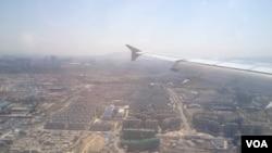 飛機降落烏魯木齊地窩堡國際機場前,鳥瞰烏市的景色,完全看不到伊斯蘭建築的特色
