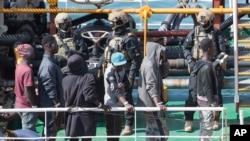 "Militer Malta berjaga di atas geladak kapal tangki ""El Hiblu 1"" berbendera Turki di Valetta, Malta, 28 Maret 2019. Kapal tersebuh berhasil diambil alih dari pembajak di lepas pantai Libya."