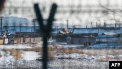 在中國丹東對面的北韓新義州,一隊北韓士兵正在巡邏。 (資料照片)