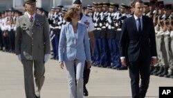Le président français Emmanuel Macron, et à sa droite, la ministre française des Armées, Florence Parly, à Istres, France, le 20 juillet 2017.