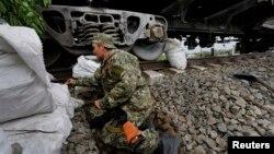 Seorang tentara pemberontak pro-Rusia mengambil posisi di kota Slaviansk, Ukraina timur (12/5).
