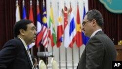 俄罗斯副外长莫尔古洛夫(左)与金边举行的俄-东盟部长会议前与东盟副秘书长年林交谈(7月11日)