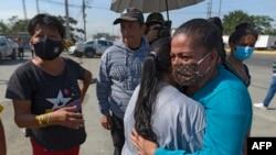 بستگان زندانیان بیرون زندان اصلی گویاکوئل، بزرگترین شهر اکوادور (۷ مهر ۱۴۰۰)