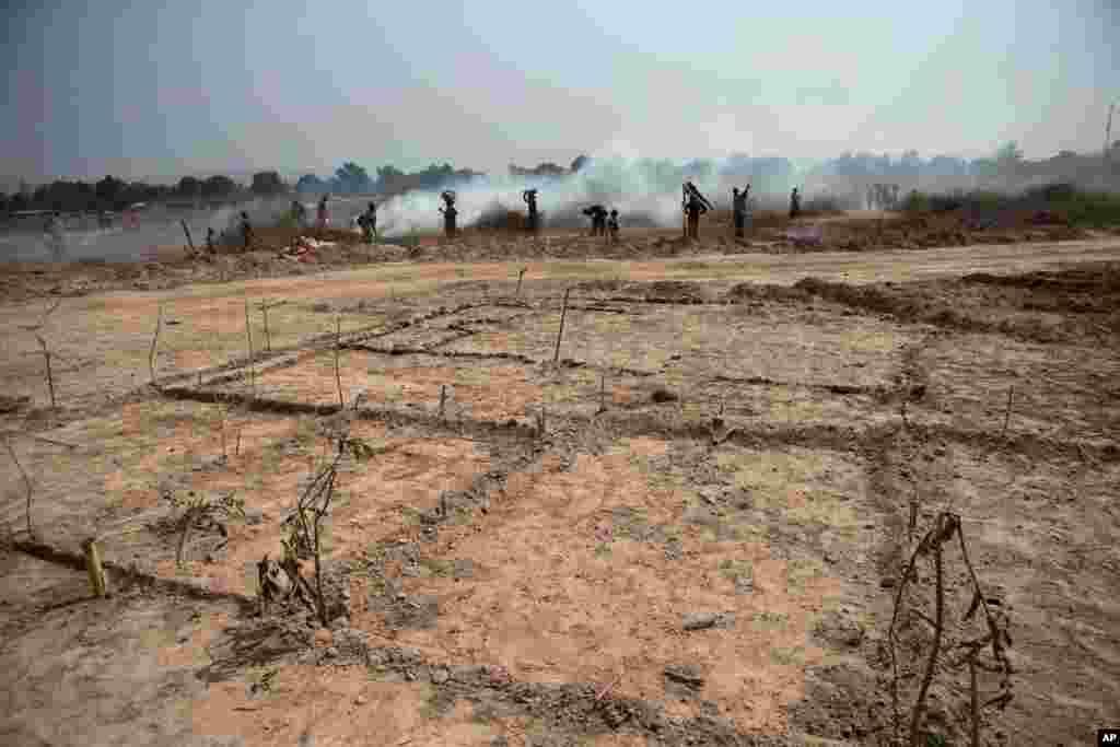 Um descampado é marcado para se poder montar um abrigo no campo de refugiados do Aeroporto de Mpoko em Bangui, Jan. 7, 2014.