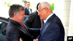 埃及临时总统曼苏尔(右)7月20日迎接到访的约旦国王阿卜杜拉