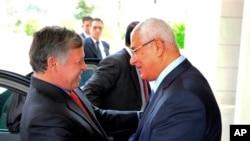 Egipatski predsednik Adli Mansur poželeo dobrodošlicu jordanskom kralju Abduli u predsedničkoj palati u Kairu, 20. juli, 2013.
