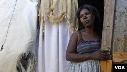 Miles de damnificados del terremoto de hace dos años viven todavía en tiendas de campaña.