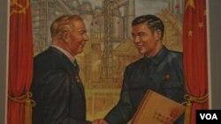 50年代中蘇友好時期的宣傳畫 (美國之音白樺拍攝)