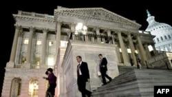 Các Dân biểu làm việc tại trụ sở Quốc hội trong đêm thứ Sáu 18 tháng 2, về dự luật ngân sách