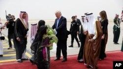 Rais Donald Trump na mkewe Melania Trump wakilakiwa na Mfalme Salman mara baada ya kuwasili Saudi Arabia