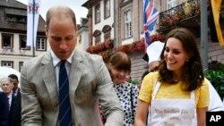 El príncipe William de Gran Bretaña y su esposa, la princesa Kate, duques de Cambridge, esperan su tercer hijo anunció el palacio de Kensington.