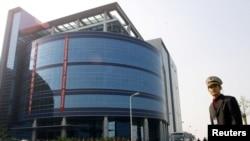 资料照:中芯国际在上海开业时一名保安站在楼前。(2001年11月22日)