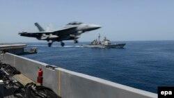 예멘 근해에서 활동중인 미 항공모함 시어도어 루즈벨트호에서 출격하고 있는 EA-18G 그라울러 전자전 항공기. (자료사진)