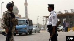 Binh sĩ và cảnh sát Iraq canh gác trên một con đường ở trung tâm thủ đô Baghdad. Tháng chay Ramadan là thời gian quân nổi dậy thường gia tăng các cuộc tấn công