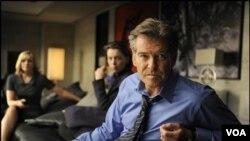 Pierce Brosnan (kanan) memainkan Perdana Menteri Inggris Adam Lang dalam film The Ghost Writer.