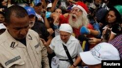 Người cao tuổi Venezuela xuống đường biểu tình vì bất mãn về sự thiếu hụt thuốc men.